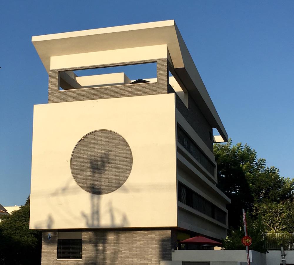 הבניין בהרצליה שהיווה השראה. צילום: טל סולומון ורדי